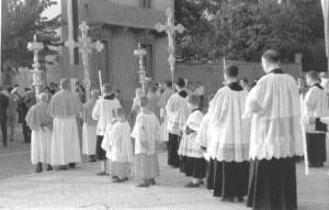 """I confratelli del SS. Sacramento con la croce e i candelabri (foto da: """"Bernareggio, usi e costumi della sua gente"""")"""