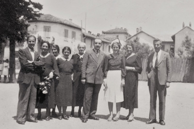 Gruppo di insegnanti nel cortile delle ex-scuole elementari.