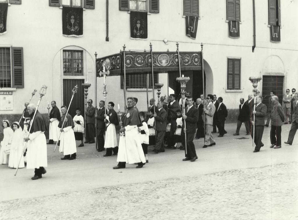 I confratelli del SS. Sacramento precedono il baldacchino